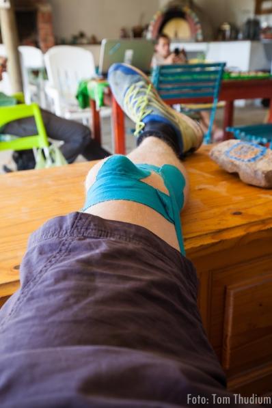 Toms kaputtes Knie mit Andreas professionellem Tapeverband (der wirklich hilft)